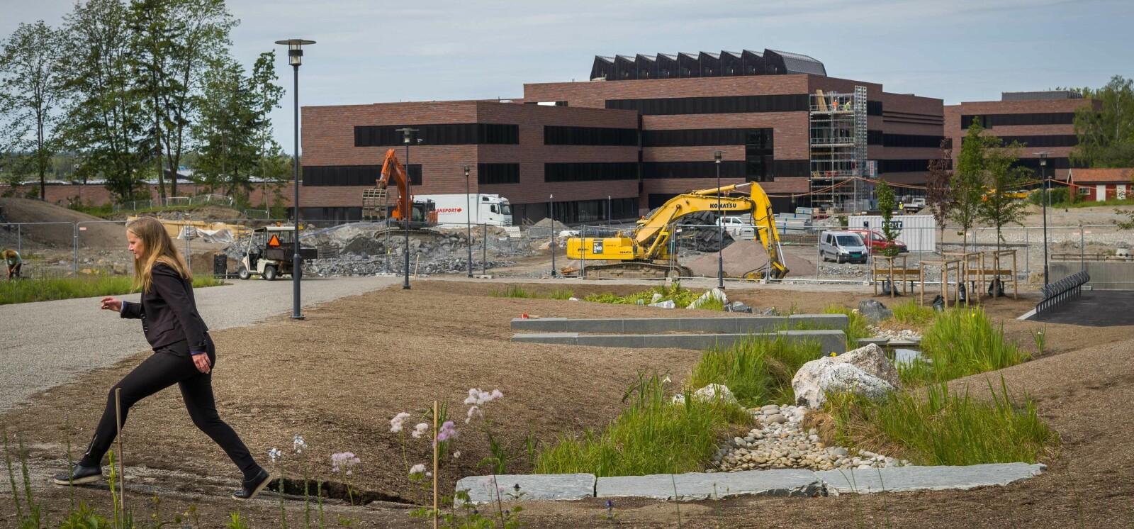 Mari Sundli Tveit viser fram det store byggeprosjektet på NMBU. Foto: Siri Øverland Eriksen