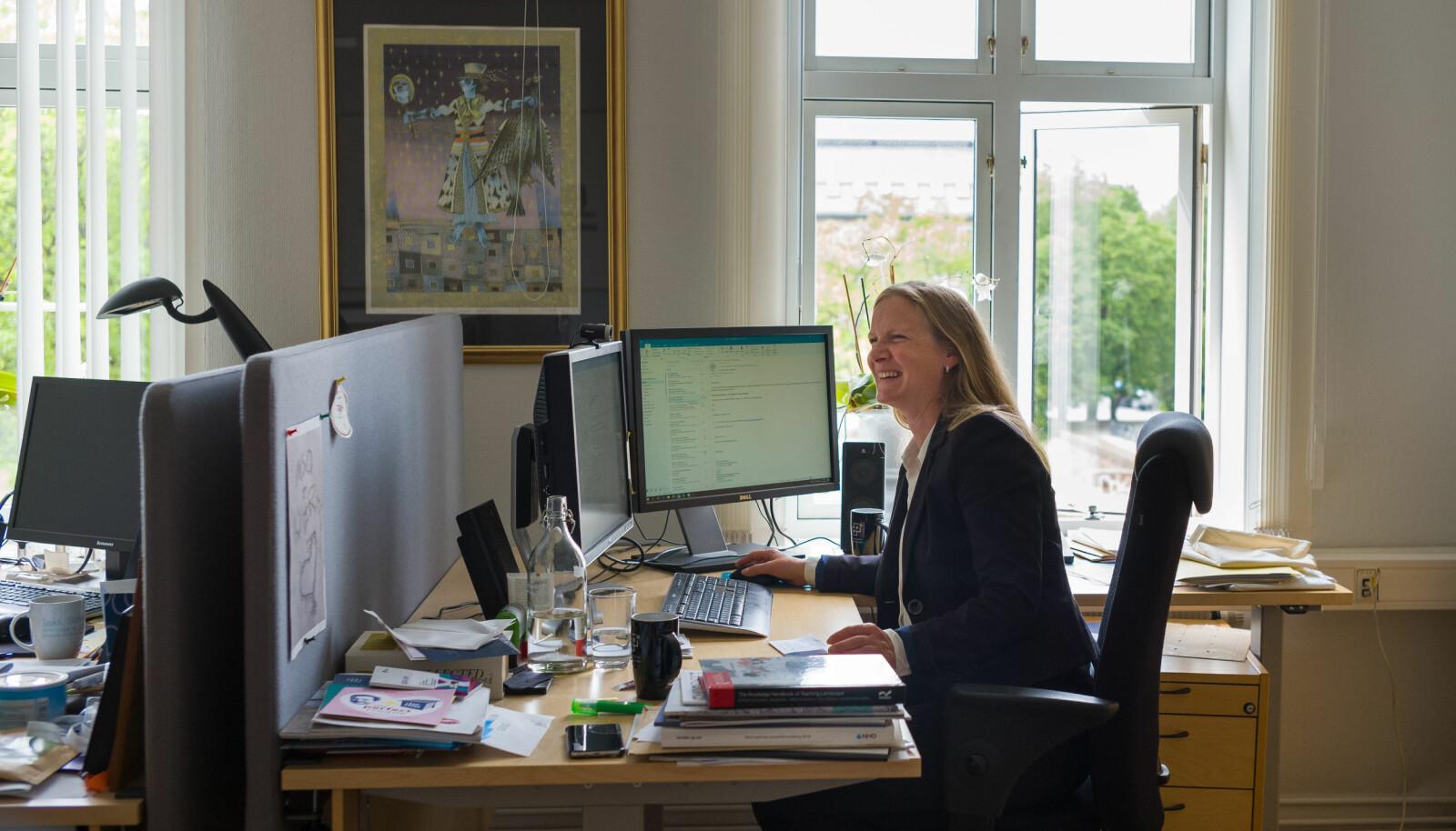 Mari Sundli Tveit deler kontor med sine to prorektorer. — Dere ser på kontoret hvor prioriteringene mine ligger, sier hun og ler. Foto: Siri Øverland Eriksen
