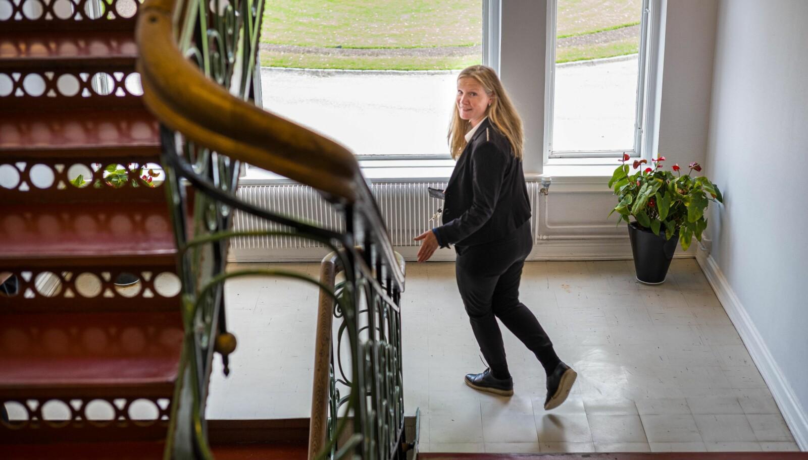 — Jeg ser helt klart noen paralleller mellom de to jobbene, sier Mari Sundli Tveit. Her er hun på vei ned trappen i bygget Circus på campus Ås, hvor hun har kontor. Foto: Siri Øverland Eriksen