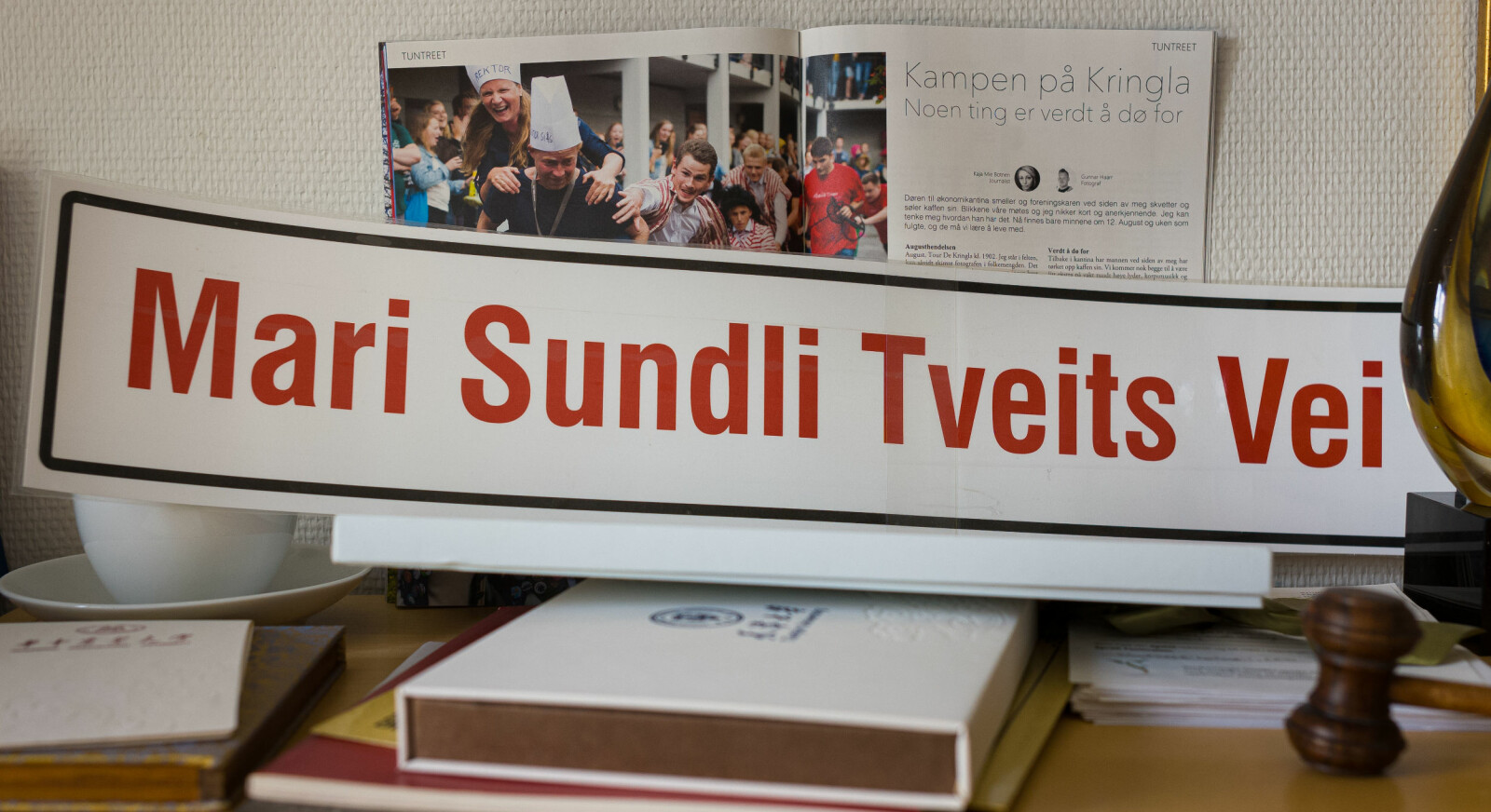 Det Mari Sundli Tveit vil savne mest er samarbeidet med studentene. På kontoret hennes er det mange små ting som vitener om det. Blant annet dette skiltet, som ble brukt i en aksjon en gang for å markere at det er få bygg og veier på campus som er oppkalt etter kvinner. Foto: Siri Øverland Eriksen
