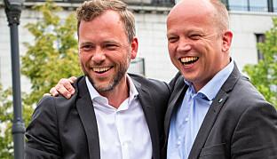 Partilederne Audun Lysbakken (SV) og Trygve Slagsvold Vedum (Sp) møter opp sammen med aksjonister fra Helgeland på Nords styremøte onsdag. Her er de på en tilsvarende aksjon i Oslo tidligere i juni. Foto: Runhild Heggem