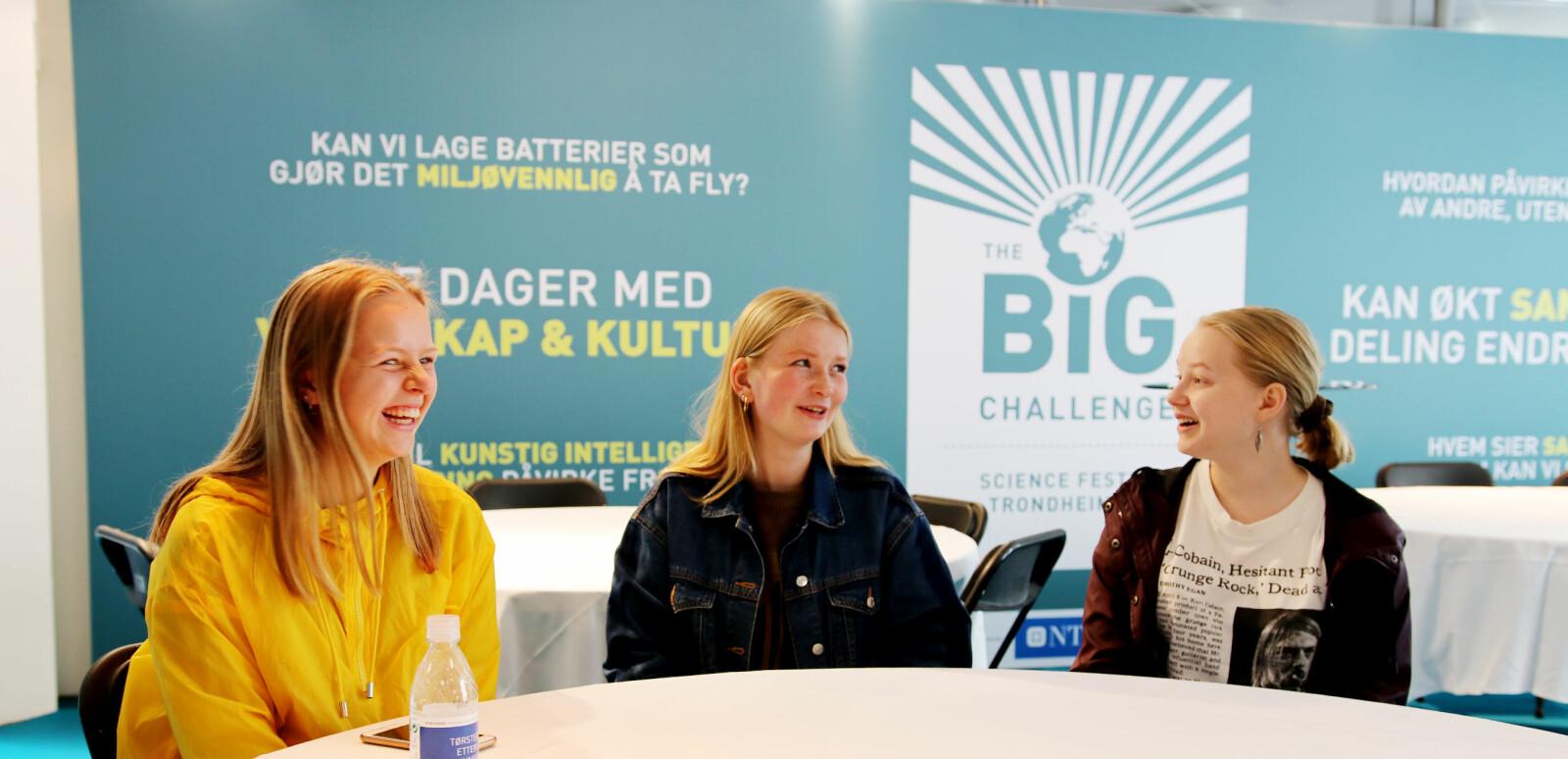 I workshoprommet har dei tre elevane frå Trondheim katedralskole sett seg ned etter foredraget dei har vore på. Frå venstre: Ingvild Reinton, Katja Høyem og Inga Nestgaard. — Samarbeid er den største utfordringa, meiner Katja Høyem. Foto: Njord V. Svendsen