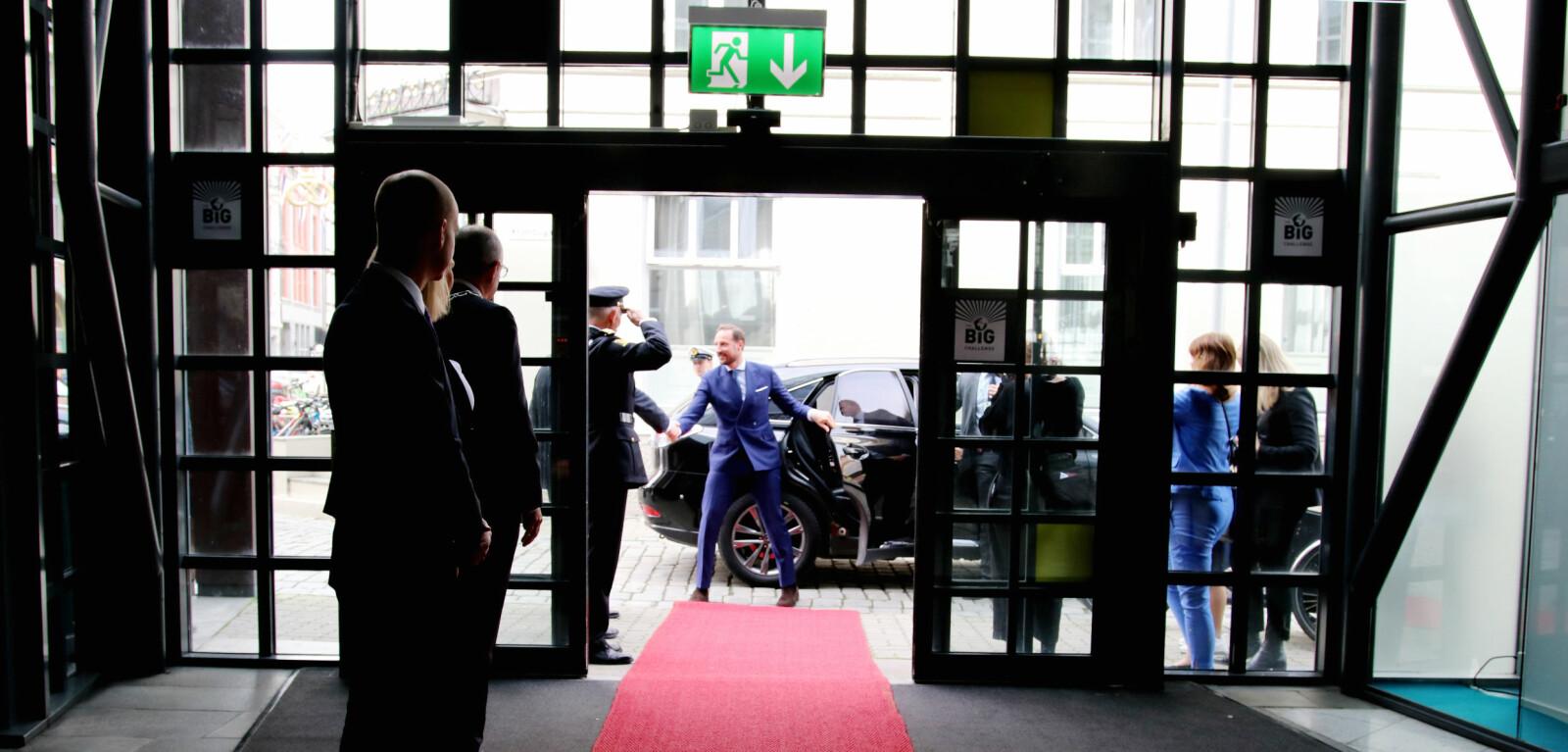 Den svarte bilen kjem med kronprins Haakon Magnus i kongeblå dress og blir helst av politimeisteren før han går inn i Olavshallen for å høyre på Stephen Fry. Foto: Njord V. Svendsen