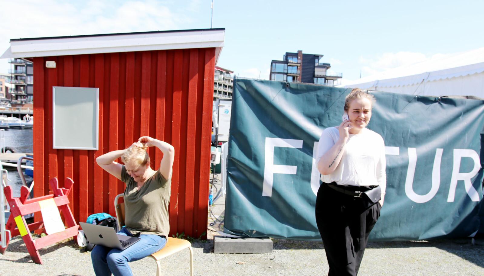 Backstage på Futurum, utstillinga der ulike næringsaktørar og gründarar viser fram framtida, som allereie strekker seg inn i notida. Heidi Bjerkan (til venstre) og Karoline Kaspersen i ein pause frå kompostutstillinga. Foto: Njord V. Svendsen