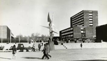 Fredrikkes plass, med Air-skulpturen i midten. Blindern 1963. Foto: Henrik Ørsted/Oslo Museum