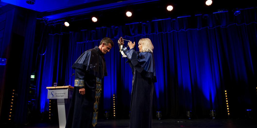 Påtroppende rektor, Klaus Mohn, mottar rektorkjedet fra avtroppende rektor Marit Boyesen. Foto: Mari Løvås, UiS.