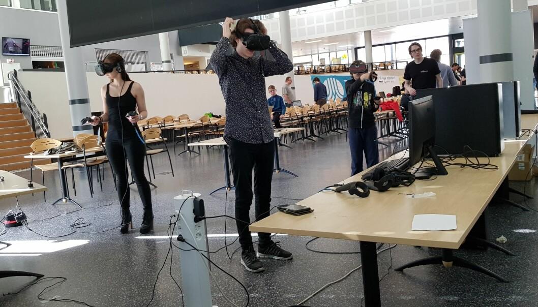 Fra testing av spillstudentene i Steinkjers VR-spill i fjor vår. Foto: Nord universitet