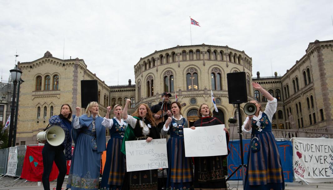 Folkeaksjonen for høyere utdanning på Helgeland har i disse dager startet en Helgelandsturné for å samle inn politisk støtte fra ordførere til oppropet #GjenreisHiNe, skriver Tor-Helge Allern. Bildet er fra en demonstrasjon mot nedleggelsen av campus Nesna på Helgeland
