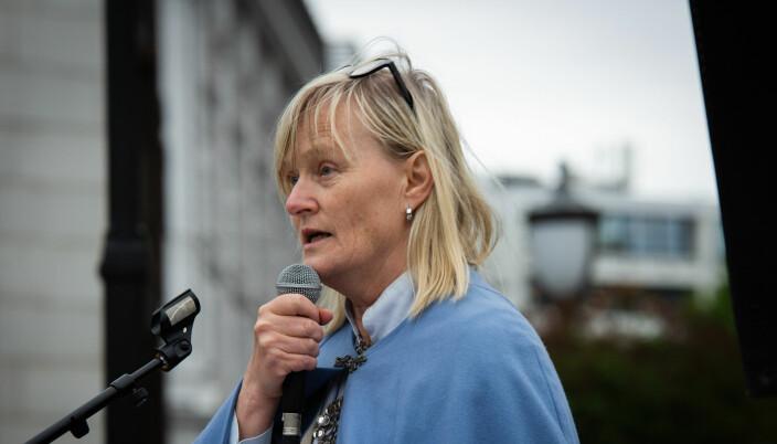 Ordfører i Nesna kommune, Hanne Davidsen, var med på bunadsdemonstrasjon utanfor Stortinget. Ho seier ho er glad for at VID vil tilby utdanning på Helgeland, men meiner det er forskjellsbehandling at UiT har fått beskjed om å halda seg vekke.