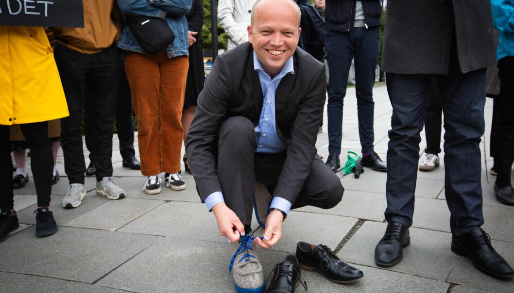 Her knyter Sp-leder Trygve Slagsvold Vedum på seg Nesna-lobber under en demonstrasjon utenfor Stortinget i 2019. Kravet var høyere utdanning på Nesna.