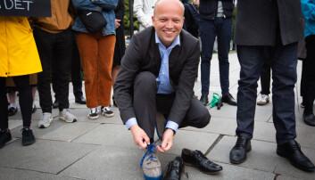 Sp-leder Trygve Slagvold Vedum ifører seg Nesna-lobber under en domnstrasjon foran Stortinget mot nedlegging av studiested Nesna. Foto: Runhild Heggem