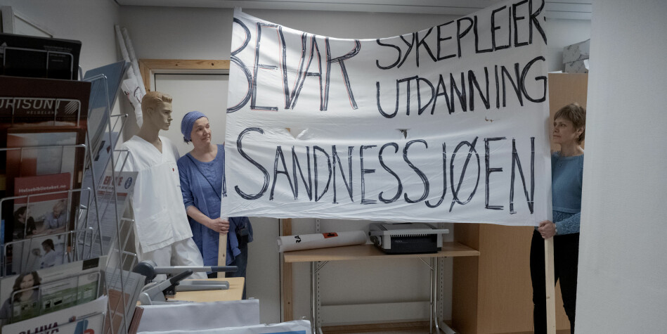 Flere har stått på for å redde sykepleierutdanningen ved Nord universitet i Sandnessjøen: Her viser Linda Lysfjord (t.v) og Jorunn Hov banneret. Foto: Pau S. Amundsen