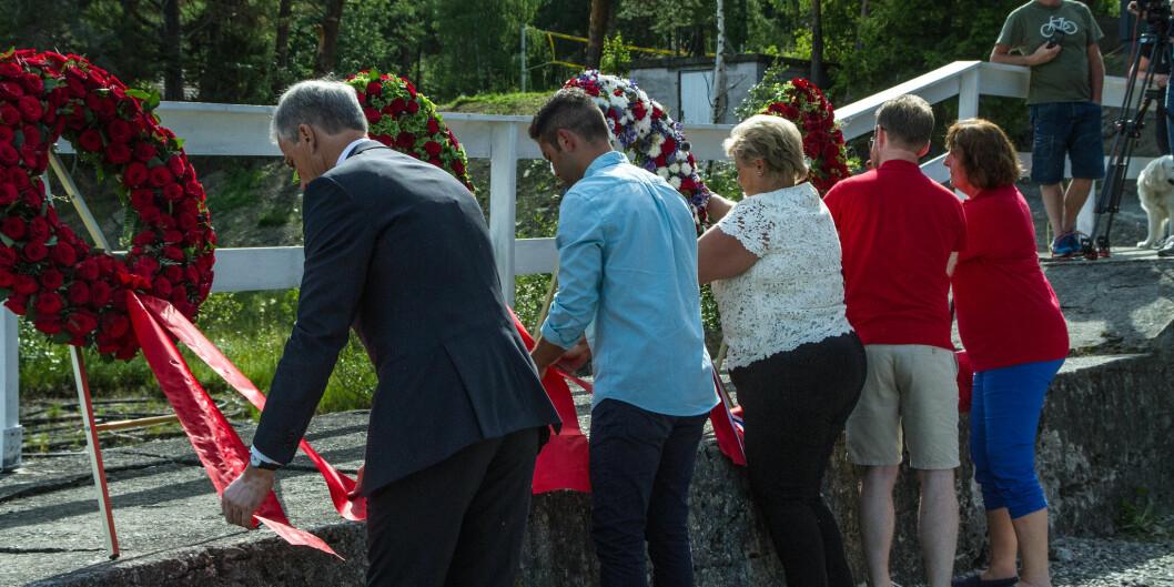 Fra kransenedlegging på Utøya, ett år etter angrepene, i 2012. Foto: Arbeiderpartiet