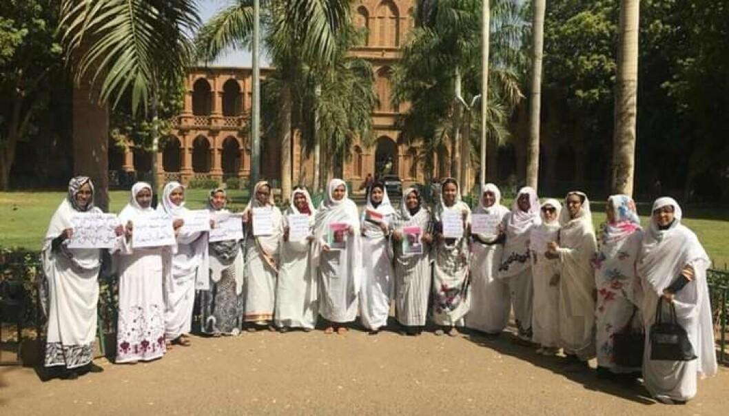 Kvinnelege tilsette foran Universitetet i Khartoum demonstrerer. 55 prosent av studentane er kvinner. Foto: Privat