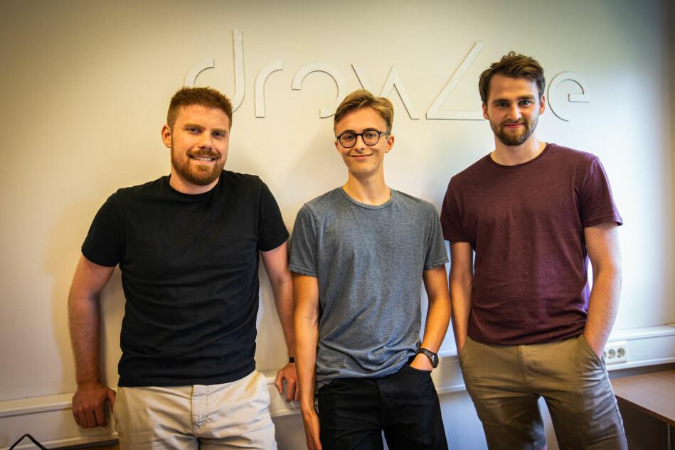 (Fra venstre) Håkon Krogh, Jonatan Winsvold og Lars Karbø er tre av studentene bak bedriften Drowzee, som gjennom nevroteknologi skal trene hjernen til å sovne på egenhånd. Foto: Runhild Heggem