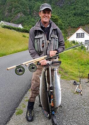 Her er Klaus Mohn på fisketur med sparksykkel og fangst - i fjor sommar. Foto: Oddmund Dirdal