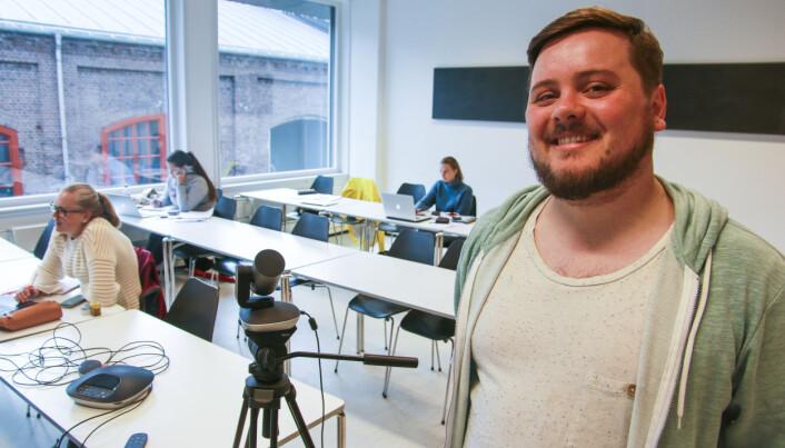 Mattelærer Joakim Kuven Osland underviser opptil 150 studenter via kameraet i et klasserom på Kronstad i Bergen denne sommeren. Foto: Dag Hellesund