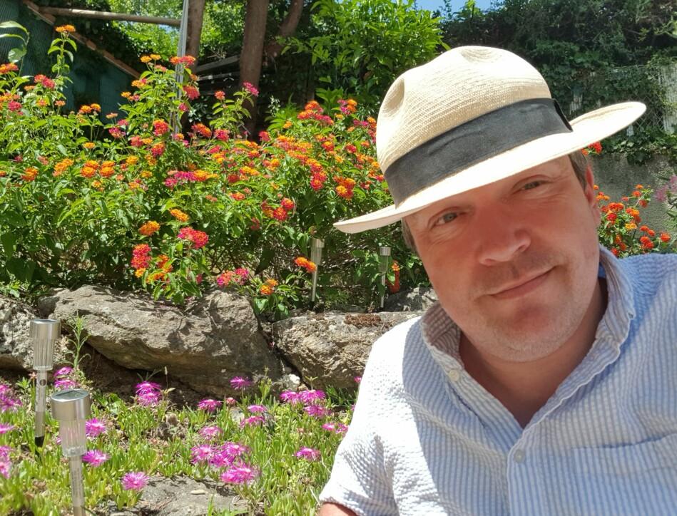 Gartnerarbeid under stekende middelhavssol er perfekt om sommeren, synes Stian Suppersberger Hamre. Foto: Privat