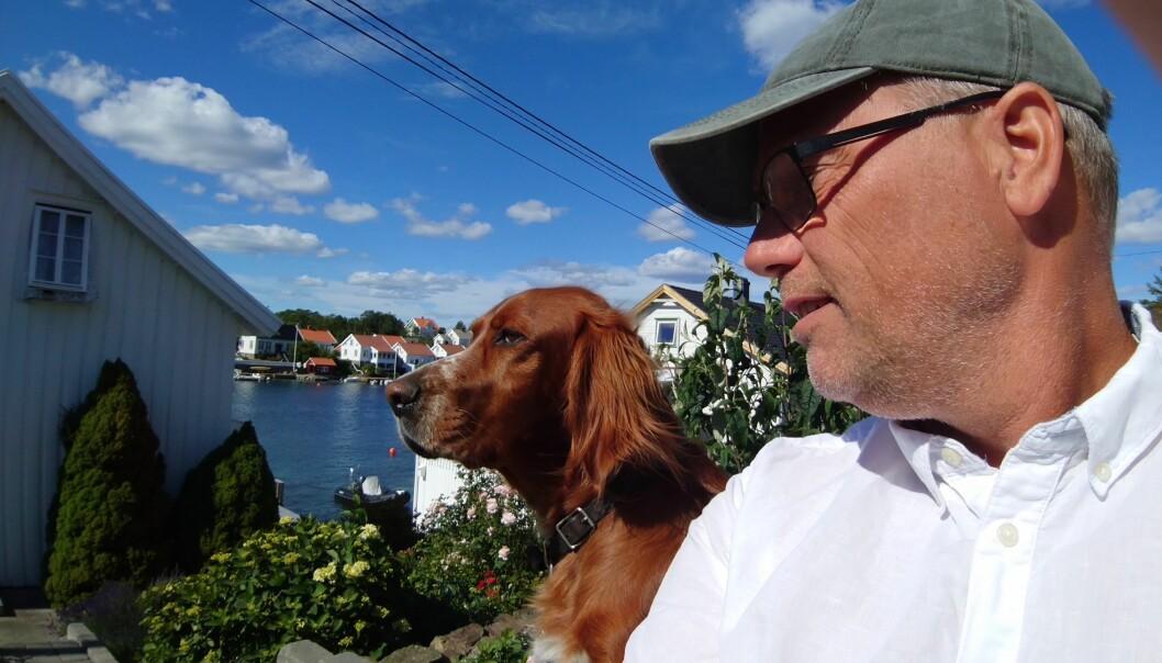 Morten Brekke og hunden Frida skal kose seg hjemme i Lyngør i ferien, før det blir fullt kjør i ny jobb som viserektor for utdanning ved Universitetet i Agder fra august. Foto: Privat