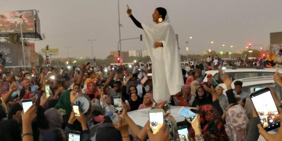 Det ikoniske bildet av Alaa Salah. Foto: Lana Haroun / Lana_Hago / Twitter