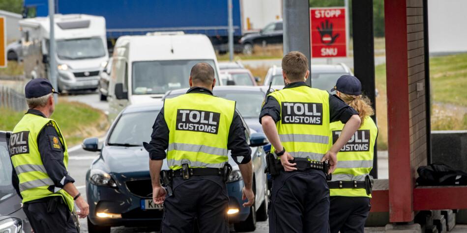 Norske tollere kontrollerer de reisende som kommer til Norge over grensen på Svinesund. Foto: Geir Olsen / NTB scanpix