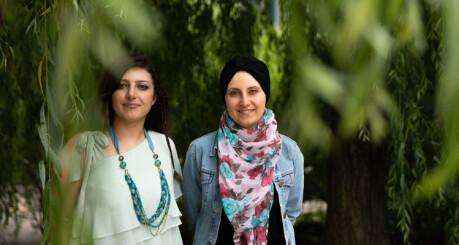 Samar Esmail (35) og Hiba Arabi (37) er to av mange syriske flyktninger som lykkes i det norske utdanningssystemet