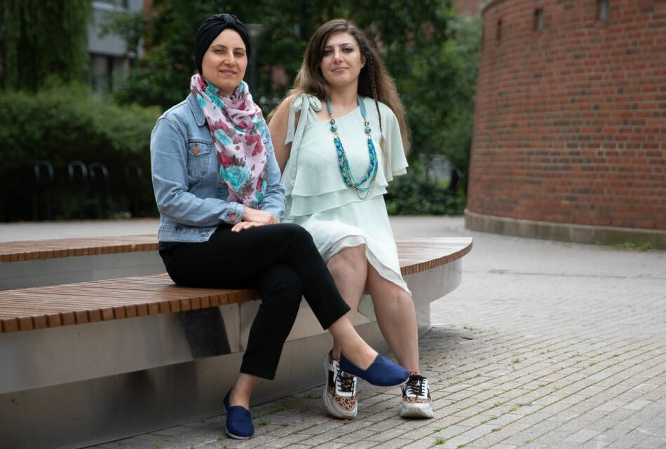 — Jeg måtte lære meg både engelsk og norsk da jeg kom hit, sier Hiba Arabi (t.v). Foto. Mina Ræge