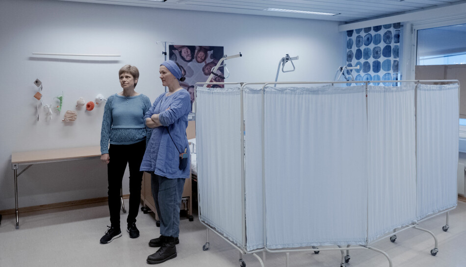 Ei ny sjukepleiarutdanning er under planlegging i Sandnessjøen. Det kan bety nye sjansar for Jorunn Hov (til venstre) og Linda Lysfjord som arbeidde ved den nedlagde utdanninga til Nord universitet. Foto: Paul S. Amundsen