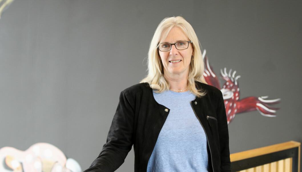 Aslaug Furholt ved institutt for kunstfag på Høgskulen på Vestlandet er bekymret for den kommende omleggingen til digital, virtuell undervisning mellom campusene. Foto. Marthe Seljeset Berg-Olsen / HVL