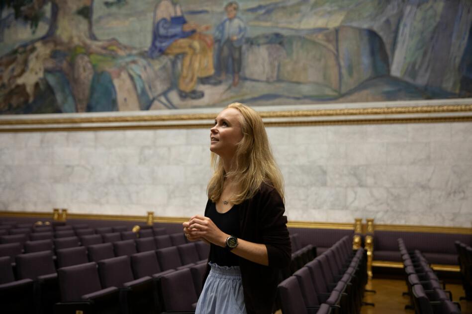 I Universitetets aula i Oslo henger elleve Munch-malerier — de eneste som fremdeles er utstilt i sin opprinnelige sammenheng. Men med årene har smuss og skitt lagt seg i bildene, og nå leter stipendiat Lena Porsmo Stoveland etter en løsning på renseproblematikken. Foto: Mina Ræge.