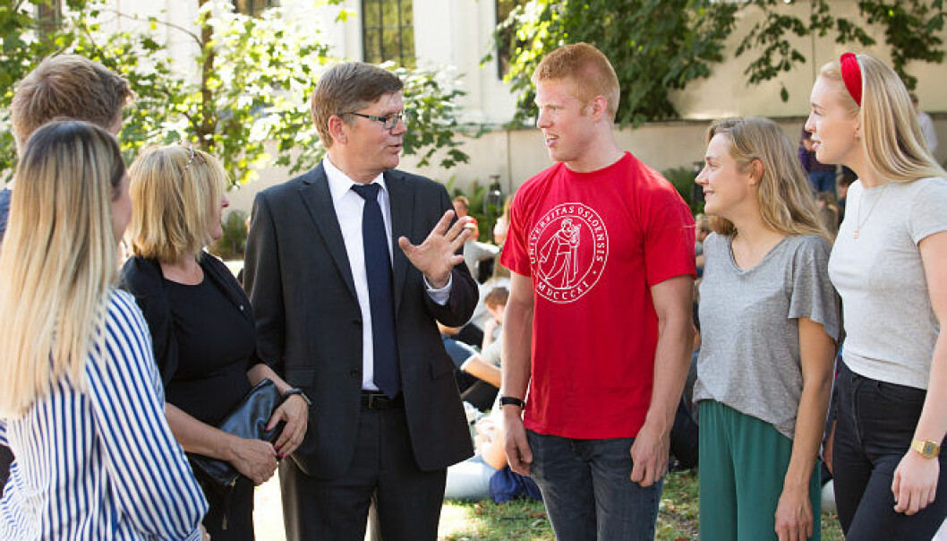 Rektor Svein Stølen og prorektor Gro Bjørnerud Mo ved Universitetet i Oslo, i samtale med studenter før velkomstseremonien 2018. Foto: UiO