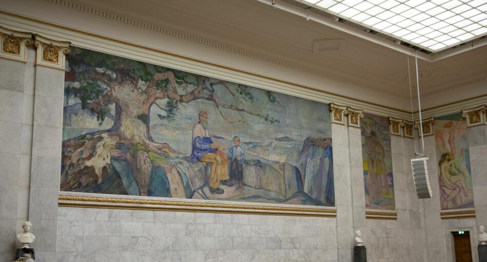 Da folk først besøkte Aulaen etter at maleriene ble utstilt, skrev de om det enorme fargespekteret bildene utstrålte. Etter over hundre år med nedstøving og partikkelforurensning henger noe gråmatt over bildene. Det store bildet er Historien, mens man til høyre ser Nye Stråler og Kvinner vendt mot Solen. Foto: Mina Røge.