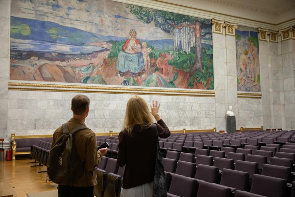 Over den grønne steinen til venstre på Alma Mater ser man restene av en fot i jordpartiet — foten til en gutt Munch malte over. Foto: Mina Ræge.