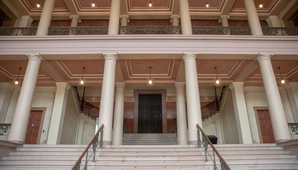 Inngangspartiet til Universitetets aula. Bygget regnes som Universitetet i Oslos mest kjente, og er en festsal, konsertsal og en plass for kunstopplevelser. Gjennom sommeren er Aulaen åpen for besøkende. Foto: Mina Ræge.