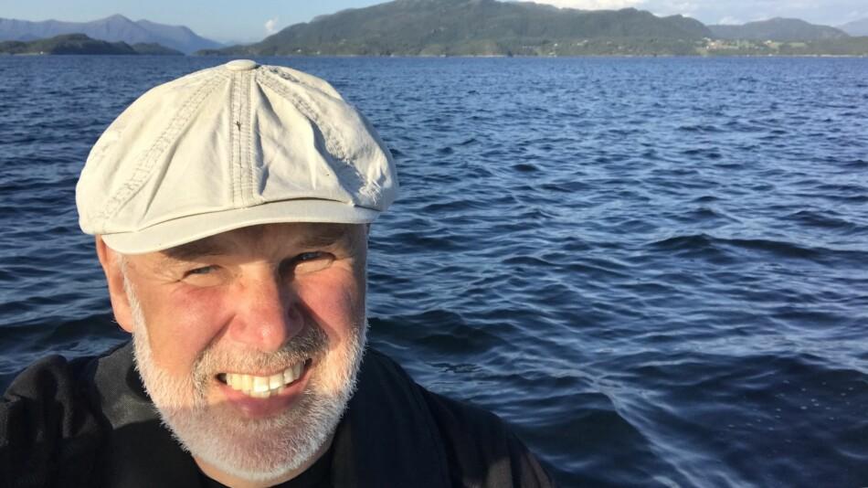 Dag Nordbø har byttet ut arbeidet med kartlegging av seksuell trakassering med nærhet til havet og lyden av en Marna-motor i sommer. Foto: Dag Nordbø