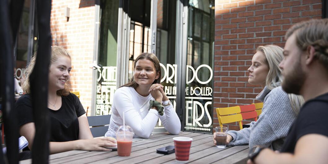 Miriam Johannessen (fra venstre), Thea Brevik, Eva Watz og Stian Kvalvik, sier de aldri har hørt om Lykkepromille-prosjektet, men kjenner seg igjen i konseptet. — Det er vel som å være perfekt brisen, sier Kvalvik. Foto: Mina Ræge