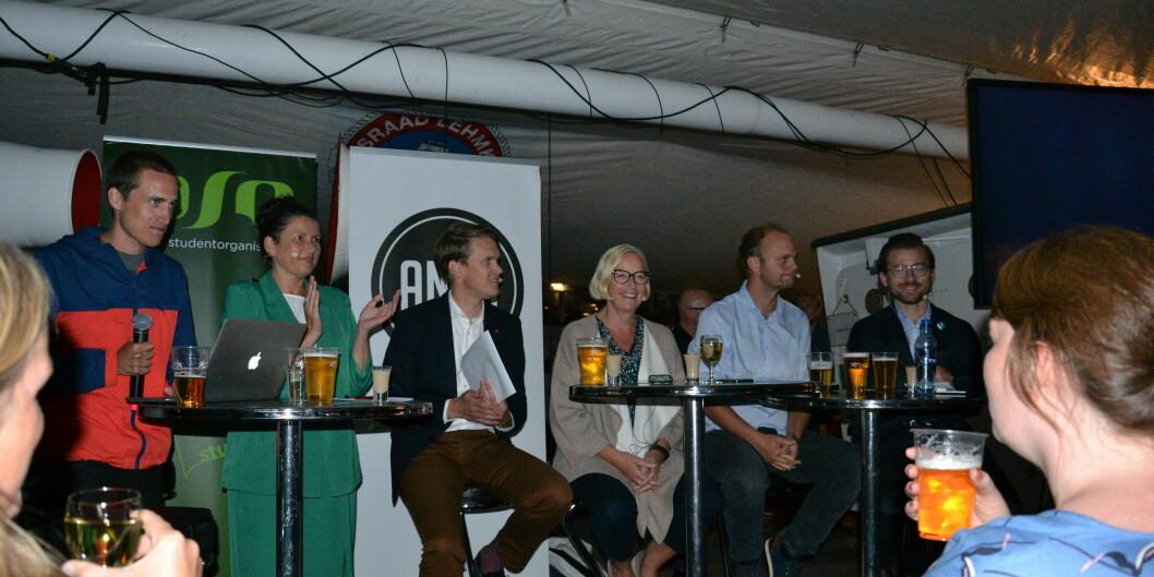 F.v: Ola Magnussen Rydje (debattleder), Heidi Nordby Lunde (Høyre), Torstein Tvedt Solberg (Arbeiderpartiet), Marit Arnstad (Senterpartiet), Mímir Kristjánsson (Rødt) og Sveinung Rotevatn (Venstre). Foto: Amanda Schei