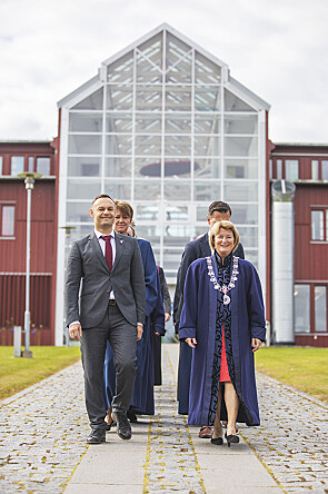 På vei til studiestart i Tromsø for UiT Norges arktiske universitet, rektor Anne Husebekk til høyre. Foto: David Jensen Gjerne /UiT