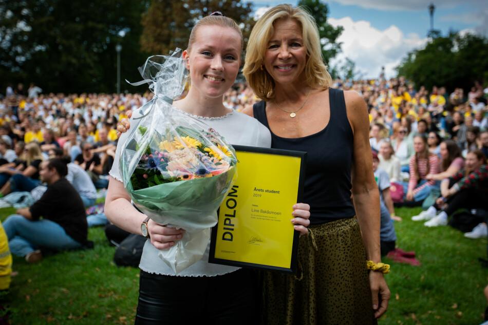 Prorektor for utdanning, Nina Waaler (t.h.), sammen med årets student på OsloMet, Line Bakåsmoen. Foto: Runhild Heggem