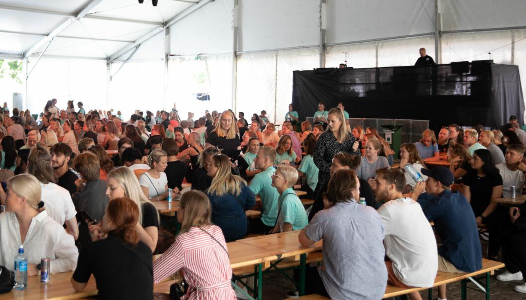 Høyskolen Kristiania har satt opp telt på Youngstorget i forbindelse med studiestart. Under foredraget til Thorsen var det spekket med ferske og erfarne studenter. Foto: Mina Ræge