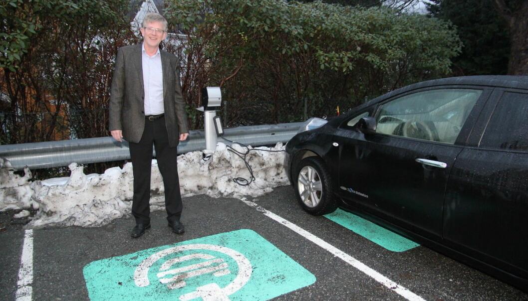 En døgnet rundt-jobb, sier eiendomsdirektør Even Berge - som her viser frem noen av UiBs parkeringsplasser.