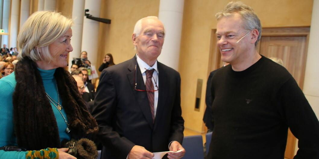Nobelprisvinnar Edvard Moser får fleire øyremerkte midlar. Her i samtale med Trond Mohn, ein viktig bidragsytar til bergensk forsking, og Bodil Friele. Foto: Dag Hellesund