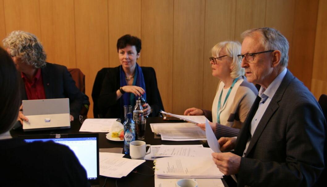 F.v. styremedlem Aina Berg, rektor Berit Rokne og styreleiar Arvid Hallén frå eit tidlegare styremøte ved Høgskulen på Vestlandet.