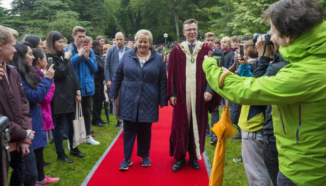 Studenter tett i tett i Nygårdsparken for å få med seg at statsminister Erna Solberg og rektor Dag Rune Olsen åpnet det akademiske året ved Universitetet i Bergen. Nå håper Olsen at semesterstart kan bli avviklet omtrent som vanlig i august.