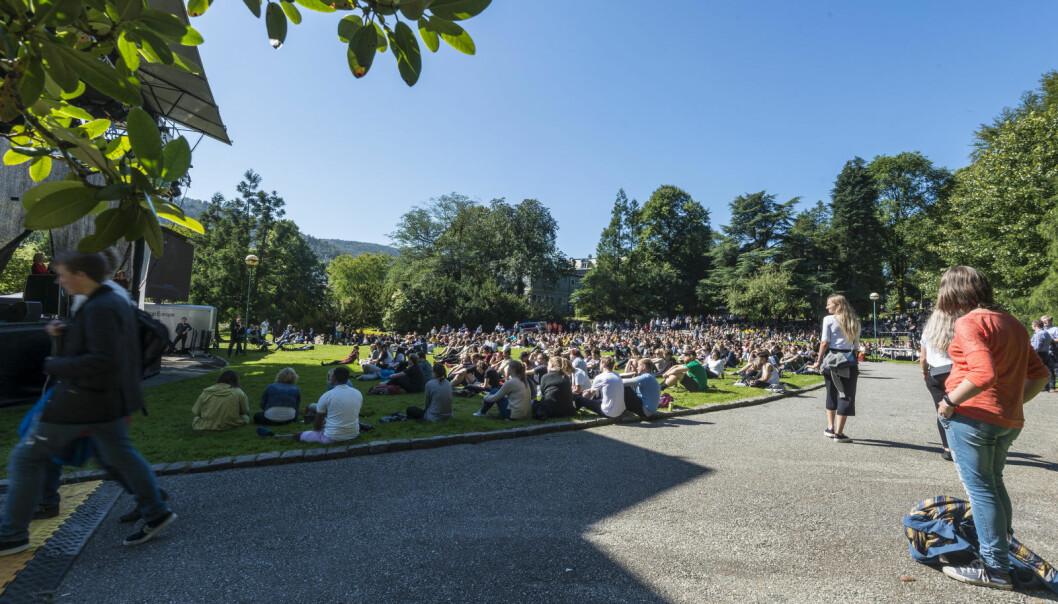Studenter samlet før studiestart ved Universitetet i Bergen i 2019.