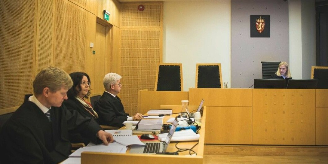 Roya Sabetrasekh (i midten) anker dommen fra Oslo tingrett. Denne uken starter ankesaken i Borgarting lagmannsrett. Her avbildet med advokatene Mass Anders Hus (til h.) og Sverre Lilleng fra rettssaken i Oslo tingrett våren 2018. Foto: Siri Øverland Eriksen