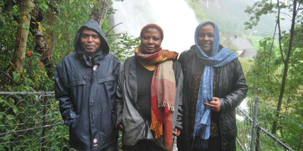 Joseph Nkusi jobbet som forsker ved UiB i 2009. Da var han blant annet her, ved Steinsdalsfossen i Norheimsund. I midten Dr. Tabitha Mulyampiti, Makerere Universitetet, Kampala og til høyre Dr. Suád Badri, Afhad University for women, Khartoum, som var kollegaer mens han jobbet ved UiB.