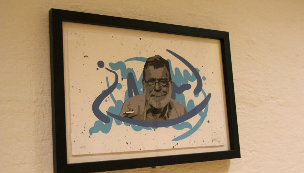 Kunstnaren Newton laga eit spontant gatekunstverk då Frank Aarebrot gjekk bort. Det finst no som bilete inne hos Det samfunnsvitskapelege fakultetet ved Universitetet i Bergen. Foto: Hilde Kristin Strand