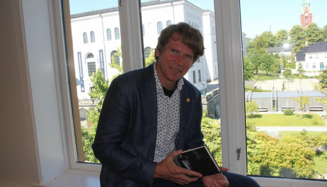 Dekan Jørgen Sejersted er glad for at UiB er nemnd i den nye språklova, men seier at det trengs pengar dersom ein skal få gjort alt lova legg opp til.