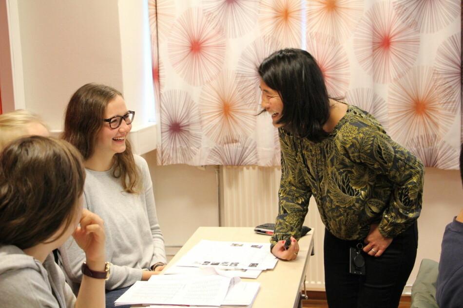 """Nina Schjetne underviser internasjonale studenter og ansatte <span class=""""caps"""">ved Universitetet i Bergen</span>. Her fra et kurs for studenter i 2018. Foto: Hilde Kristin Strand"""
